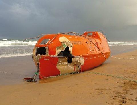 STRANDET: På en strand i Skottland står SolstadFarstads livbåt, etter at den slet seg fra skipet «Normand Subsea» 7. desember.