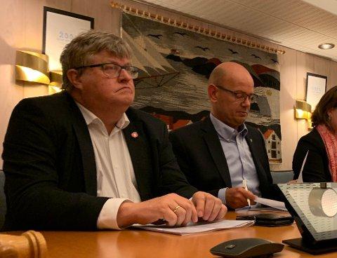 TAR AVSTAND: Einar Roald Endresen (t.v.) i Karmøy Fremskrittsparti. Her med gruppeleder Rune Midtun.