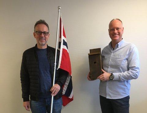 17. MAI: Digitaliseringssjef John Egil Osteig og kultursjef Anders Netland i Tysvær kommune er klare for en uvanlig 17. mai-feiring. De hadde planer om å rigge webkameraer i fuglekasser, men har nå skrotet kassene og vil sette kameraene opp på annet vis.