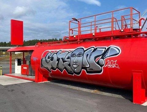 FØRST SINT: Tanken-sjef Joar Skorpe ble først sint da han fikk bilde av graffitien. Så kom han på andre tanker.