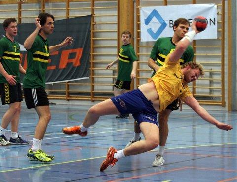 Bjørn Borgan slenger seg inn foran mål i kampen mot NTNUI2
