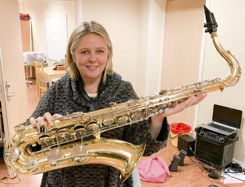 HJERTELIG GJENSYN: Etter over 20 års fravær fra alt av spilling, trakterer Annette Leinan Dahl igjen saksofonen. Hun stortrives både i Mehamn og i korpset.