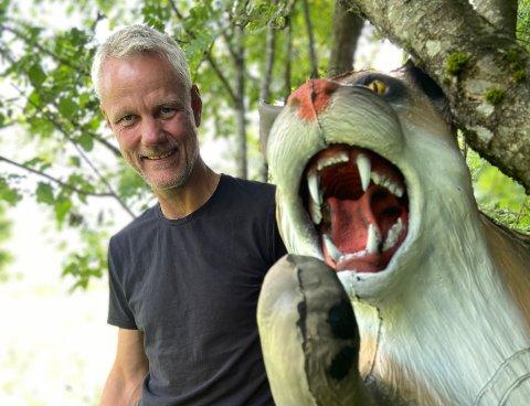 3D-BANE: Over flere kvelder har Morten Sigvartsen og andre frivillige jobbet for å sette de store gummidyrene ut i skogen.