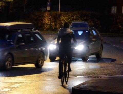 Vær obs: De fleste ulykkene mellom bil og sykkel skjer fordi bilisten ikke har sett syklisten. Foto: Statens vegvesen