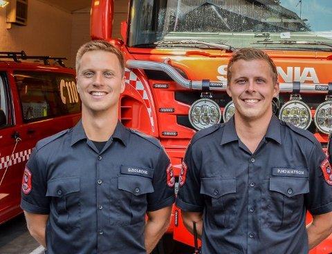Sindre Solbekk (t.v.) og Petter Howatson har begge søkt jobb ved Kragerø brannvesen. De to hadde sommerjobb i brannvesenet i fjor.