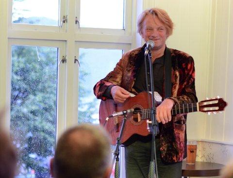 I juli spelte Jan Eggum på Rosendal turisthotell. Onsdag er han tilbake for å spela på Hjartebank for Kvinnherad. (Arkivfoto).