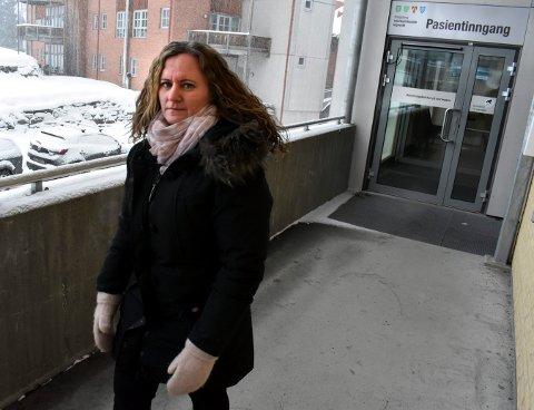 Heidi Hvaal, hovedtillitsvalgt i Norsk Sykepleierforbund, sier at de ansatte ved legevakta er bekymret for tjenestetilbudet etter politikernes ønske om å fjerne tre stillinger.