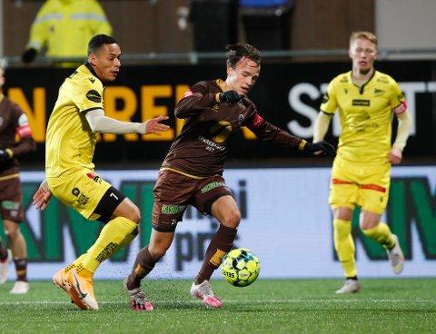 VIKTIG SEIER: Starts Kevin Kabran mot Mjøndalens Syver Skaar Eriksen under eliteseriekampen i fotball mellom Mjøndalen og Start søndag kveld.