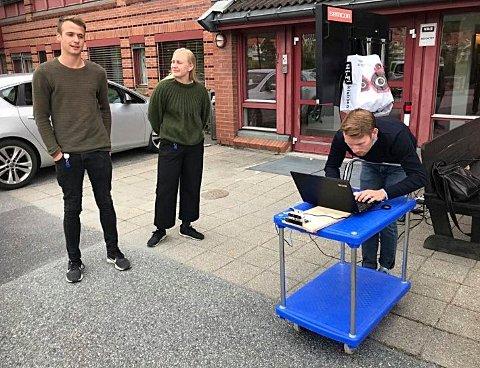 Fra venstre Petter Hoem Sletsjøe (25) fra Sandefjord,  Kristine Nordahl Marthiniussen (24) fra Oslo og Emil Neby (24) fra Bærum skal tilbringe sju sommeruker i Kongsberg.