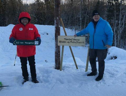 Skilting: Knut Olaf Kals (t.v.) og Marius Morin i Skikongens venner har satt opp skilt på plassen.
