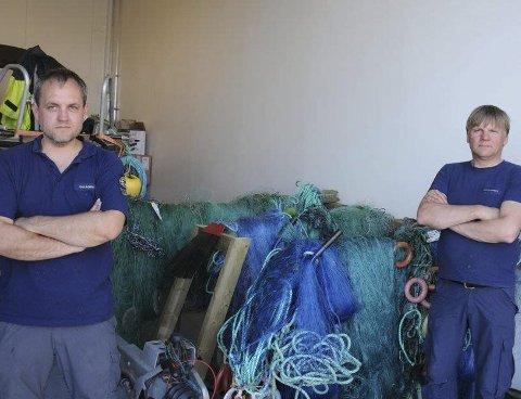 KONTROLL: Rådgiver Geir Håkon Olsen i SNO (th) varsler adskillig flere kontroller for å stoppe det ulovlige garnfisket. Her er han sammen med Erik Dundas etter en aksjon i fjor sommer.