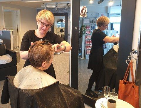 Ann Karin Karlsen klipper stamkunde Lillian Haukenes fra Skjerpen. - Jeg er veldig glad for at vi har en så god frisør her oppe i bygda, sier Haukenes.