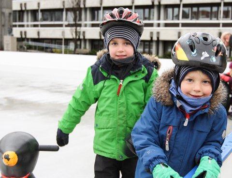 SKEISEN: Erik Hansen og Jacob Hansen liker å stå på skøyter.