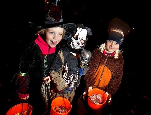 SPENNENDE: Sanne Trana Torgersen (fra venstre), Ulrik Gundersen og Vår Trana Torgersen gikk Halloween på Jeløy i 2012.