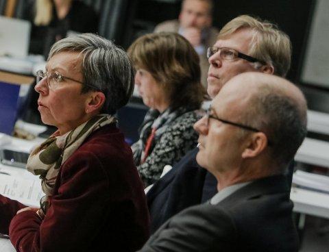 Forsoning: Ordfører Hanne Tollerud var opptatt av at ingen heller bensin på bålet etter lokaliseringen av togparkeringen. Til h. rådmann Hans Reidar Næss og til v. varaordfører Tor Petter Ekroll (Sp).