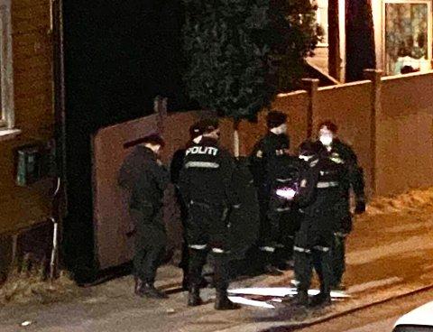 Ved 01.30-tiden natt til søndag var flere uniformerte polititjenstemenn klare til å gå inn i en mot en bolig i sentrum. 11 personer ble anmeldt for brudd på covid-19 forskriften etter politiaksjonen.