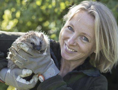GLAD I NATUREN: Mange kjenner Hanne Cecilie Aass fra naturprogrammer på TV. Nå er hun aktuell med bok om hvordan man leve mer naturvennlig. FOTO: Sverre Aurstad
