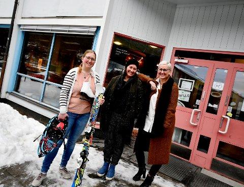 May Britt Josten (biblioteksjef), Jertru Stallvik (virksomhetsleder) og Adelheid Wiegand ønsker barn og unge velkomne til Aktivitetshuset og biblioteket/utstyrsbanken i vinterferien.