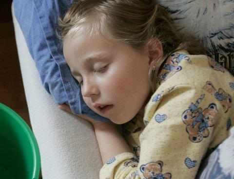 HOLDES HJEMME: Barn bør ikke i barnehagen eller skolen før to døgn etter at de har sluttet å ha diaré eller oppkast,