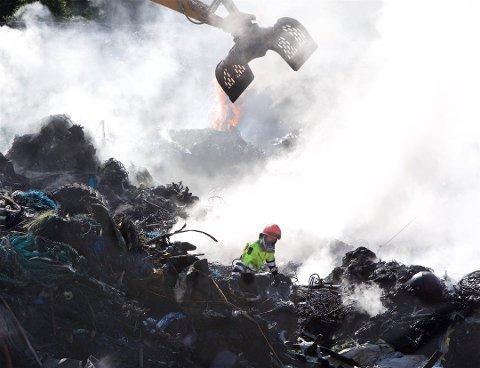 OMFATTENDE: Brannkonstabel Martin Fjeldsæter i aksjon i infernoet på Galsomelen. Brannen ble trolig mer omfattende fordi vanntilførselen til anlegget var dårlig. Foto: Ola Solvang