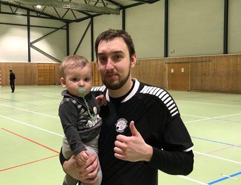 BOMMET PÅ STRAFFE: Milos Vucenovic bommet på straffet med 30 sekunder igjen på klokka. Her sammen med sønnen Filip som han kan fortelle at ligger i hardtrening for å ta opp arven etter pappa.