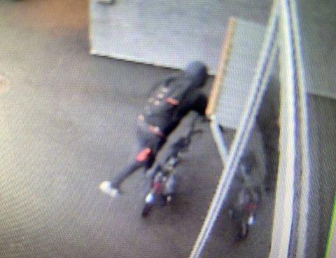 ØNSKER TIPS: Politiet i Gjøvik ønsker tips om personer som kjenner til denne personen eller har informasjon om et tyveri fra byggeplass på Gjøvik i helga.