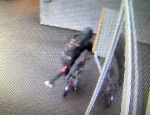 TATT: Denne mannen er sammen med en annen siktet for flere tyverier. Her blir han fanget opp av et overvåkningskamera under tyveriet ved NTNU i juni.