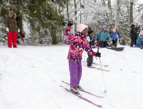 Moro med Ski: Malika og Enok Asant Belanie suser ned bakken i Hebekkskogen.