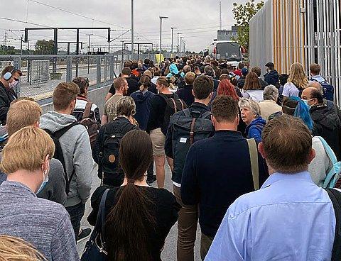 KØ: Det var mange hundre som torsdag morgen kjempen om plass på den første bussen som kom etter 45 minutter.