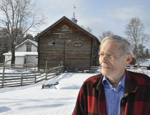 BONDE:  – Jeg har i grunnen aldri vært bekymret for at Sigrid Ekran og mannen Erlend Johannessen skal få overta gården min, sier Erik Mortenson.