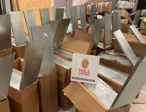 OVER 350.000 SIGARETTER: Totalt ble det tatt beslag i 40 metallesker, stappfulle av sigaretter. Foto: Tolletaten