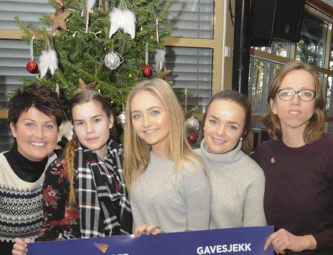 Inger-Lise Øystese, Camilla Fagermo, Hannah Nymann Berg og Stine Håtveit leverte gaven på 61.010 kroner til Trine Hveem fra Kreftforeningen tirsdag.