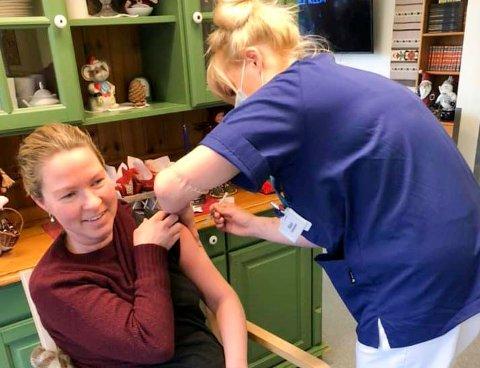 Ellen Hegna er sykepleier ved Brevik sykehjem. Her får hun koronavaksine tirsdag.