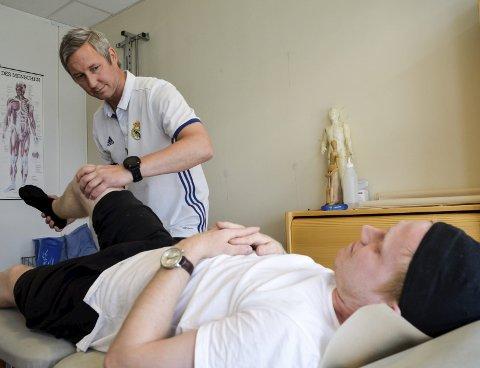 Slik lå Rana FKs Niklas Bakksjø for om lag åtte måneder siden. Da fryktet han et avbrekk fra fotballen på nesten ett år. Nå ser alt mye mer positivt ut. Foto: Trond Isaksen