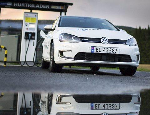 2018 er det første året hvor det selges flere elbiler enn dieselbiler.