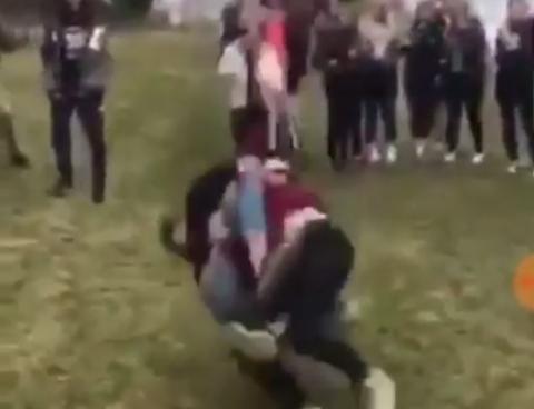 BEEFING: Politiet fortsetter å se en økning i avtalte slåsskamper mellom ungdommer. Ifølge forebyggende enhet i Skedsmo er det flere ganger blitt truet med kniv. Bildet er hentet fra en film av en slåsskamp mellom ungdom et annet sted i landet.