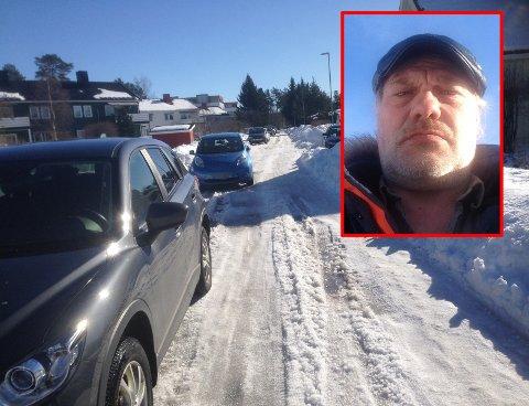SPERRER VEIEN: Naboer til skolen fortviler over dårlig fremkommelighet på grunn av parkeringskaos i området. Nå ber de kommunen gjøre noen midlertidige grep fram til det foreligger en løsning. FOTO: PRIVAT