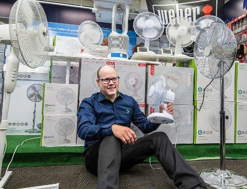 SALGET ØKER: Jan-Egil Erichsen hos Elkjøp på Strømmen forteller at de har solgt mange kjøleprodukter de siste dagene.