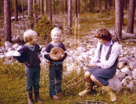 Å finne mat i naturen er noe Tor har med seg hjemmefra. Her med tvillingbroren Jan og moren Liv.