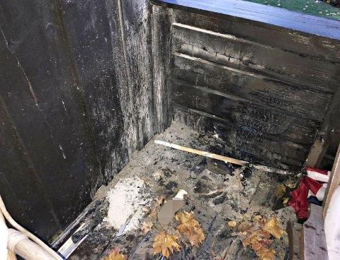 BRANN I DUNIHAGEN: Et forbipasserende barn oppdaget brannen på terrassen. Forelderen fikk varslet både beboere og brannvesen.