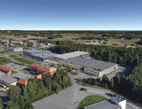 Det nye lagerbygget knyttes sammen med Østre Kullerød 4 (hovedkontoret i gult) og Østre Kullerød 2 (t.v.). (Illustrasjon: Spir Arkitekter Sandefjord)