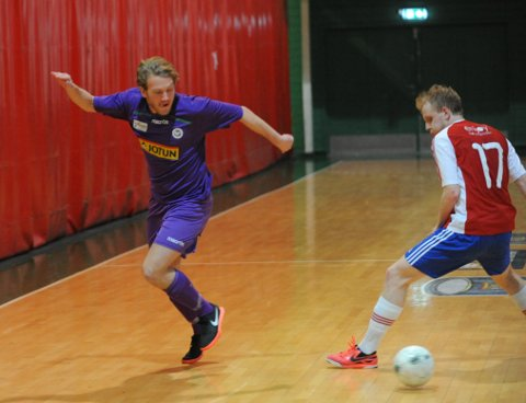 TO HJEMMEKAMPER: Sindre Svadberg (t.v.) scoret Sandefjord Futsals mål i torsdagens kamp mot KFUM, i oppgjøret som endte 1-1. I helgen spiller Svadberg og co. to hjemmekamper i Jotunhallen.