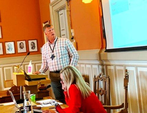 SVARTE OPP: Kommunalsjef Erik Nordberg svarte på spørsmål om den eldre skienskvinnen som ikke klarer å ta vare på seg selv. I forgrunnen helseutvalgsleder, Trine Almenning.