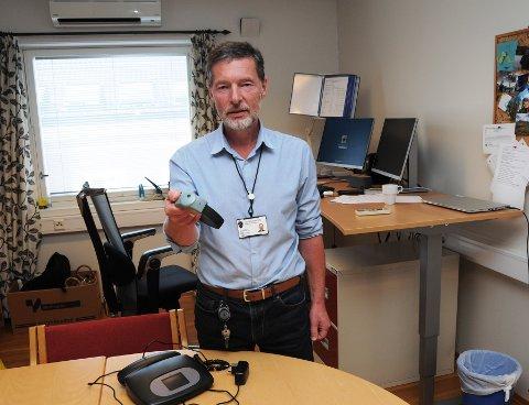 ET ALTERNATIV: En fotlenke med tilhørende elektronisk kontroll er for mange straffedømte et alternativ. Jo Inge Svendsen ved Telemark friomsorgskontor viser den fram.