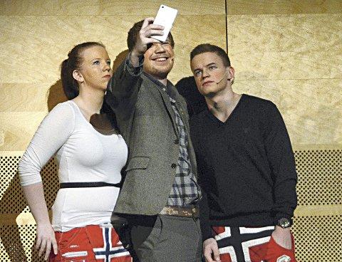 Som far så sønn: Rektor Mons spilles av sønnen Kjell Runar Otnes (midten), her sammen med Lone Lorgen og Erlend Storholt.