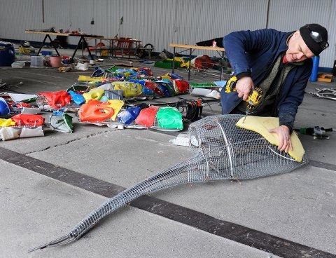 – Utfordringen er været her ute. Ting må sitte veldig godt fast og forankres i fjell, sier Eirik Audun Skaar og monterer en ny plastbit på det ene beinet til «Plastkrabben» som blir åtte meter bred og to og en halv meter høy, og skal plasseres ved Svevestien på Eldhusøya.