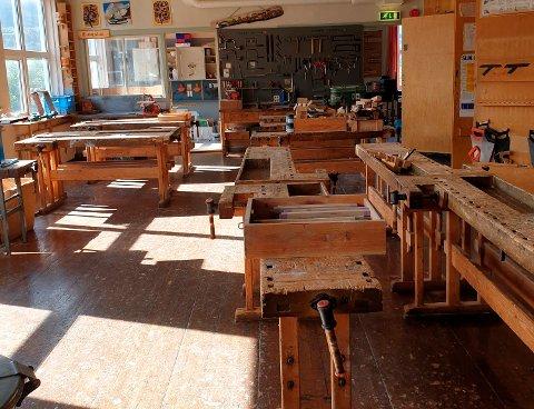 Høvelbenker til 200 kroner er noe av det kommunen spør om noen av innbyggerne i Surnadal vil ha når store deler av dagens barneskole skal rives.