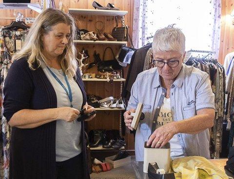 Tove Aanjesen fra Tvedestrand er en av kundene som har støttet butikken. Her handlet hun i sommer med Inger Lisberg Jørgensen.