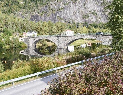 Den over 100 år gamle Åmfoss bru blir nå stengt i en periode på grunn av vedlikehold. Arkivfoto