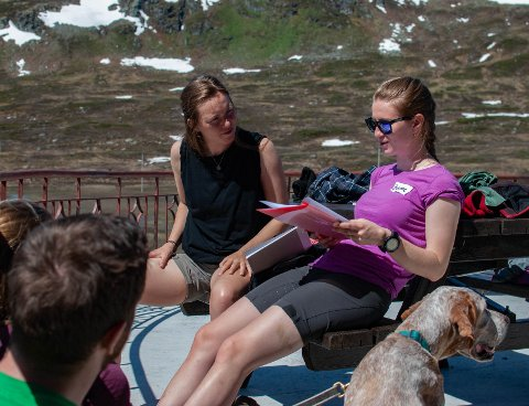 Nokre veker før Vinjerock treffest hundre frivillige treffest til fjells. Sigrid Skjerdal (t.v.) og Johanne Grue Reiten planlegg dagens lagkonkurransar.